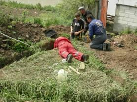 Radnici izradjuju gromobransko uzemljenje – farma