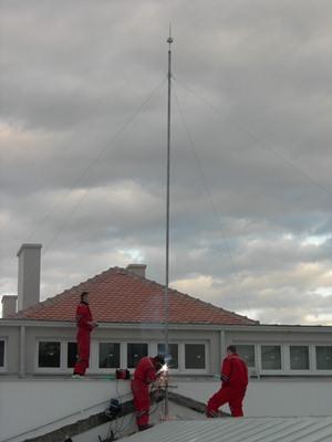 Radnici postavljaju gromobran - Rudarsko geoloski fakultet