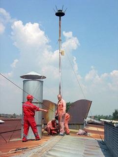 Radnici Tesla sistema skidaju radioaktivni gromobran na krovu fabrike